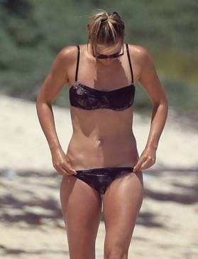 Видео: Мария Шарапова гуляет в бикини по пляжу